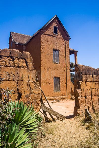 Madagascar en photos ambohimanga for Maison traditionnelle malgache